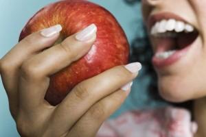 æble bide tænder kvinde